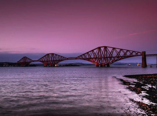 Forth bridge, puente rojo sobre fondo rosa