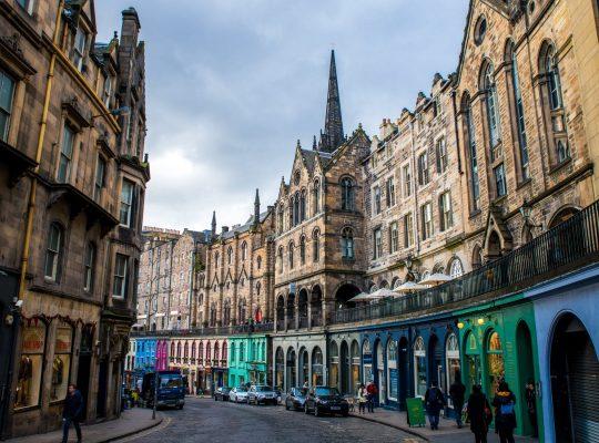 Victoria Street, la calle del arcoíris de Edimburgo
